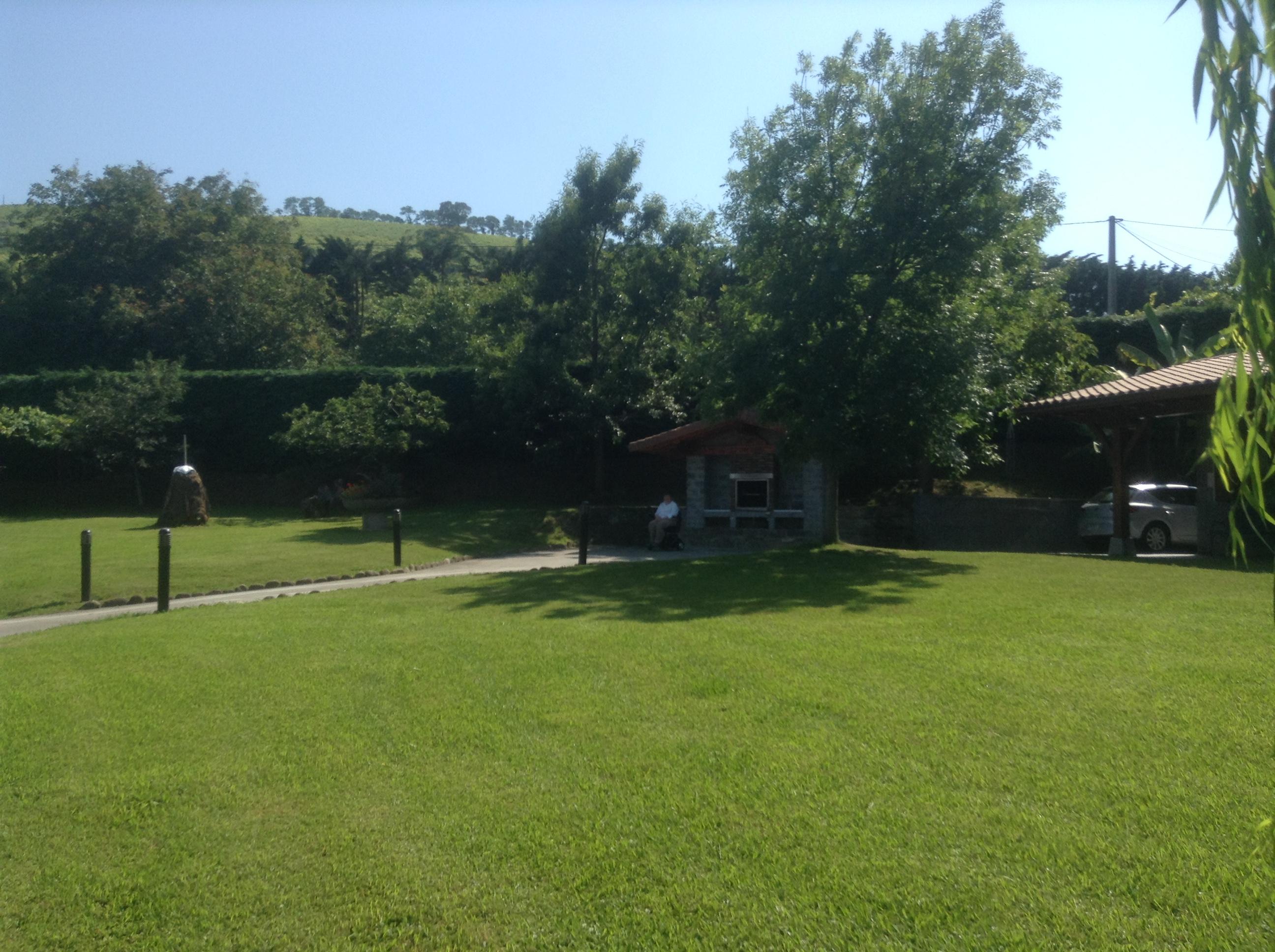The garden and barbecue at Epotx Etxea